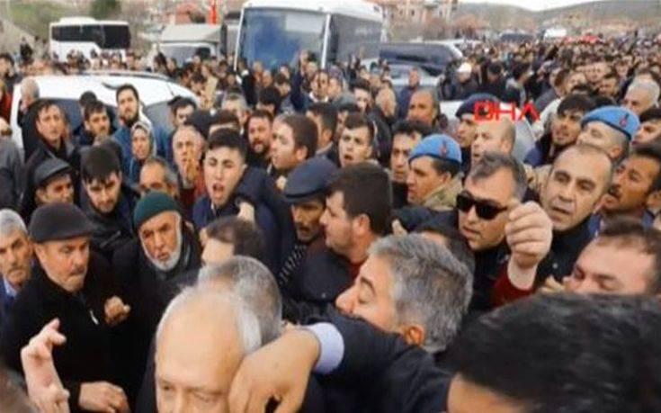 Επίθεση από εξαγριωμένο πλήθος δέχθηκε στην Άγκυρα ο αρχηγός της αντιπολίτευσης – Newsbeast