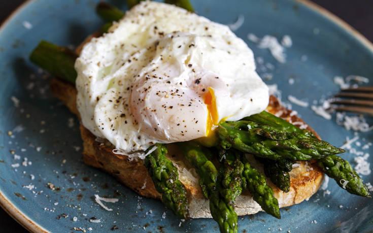Αβγά ποσέ με σπαράγγια – Newsbeast