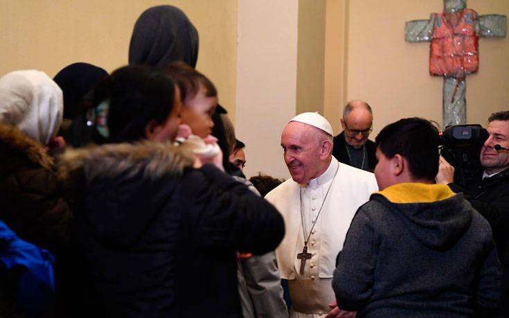 Πρόσφυγες από τη Λέσβο είδε ο Πάπας Φραγκίσκος – Newsbeast