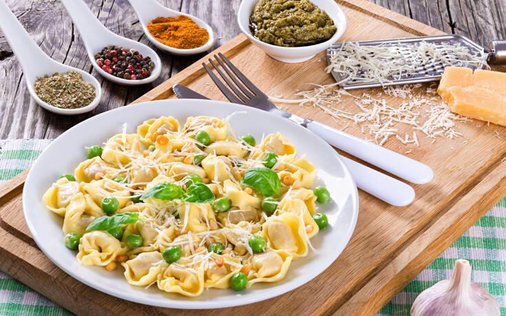 Σαλάτα με τορτελίνια και σάλτσα πέστο – Newsbeast