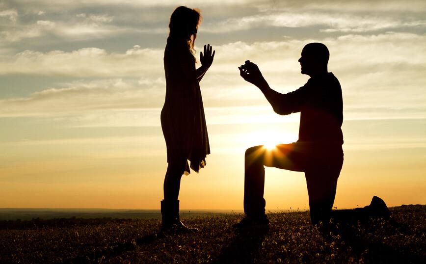 Γιατί οι άντρες γονατίζουν όταν κάνουν πρόταση γάμου