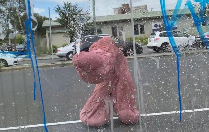 Οργασμικό ντελίριο από άνδρα ντυμένο πέος – Ξαφνιασμένοι οι κάτοικοι της Μελβούρνης παρακολουθούσαν το δρώμενο